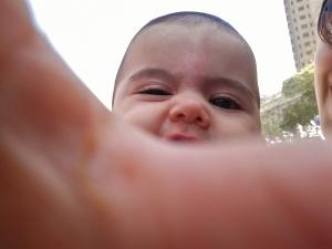 Minha sobrinha nasceu outro dia mesmo e já sabe fazer selfie! Tenho certeza que ela saberá responder à pergunta do Victor logo-logo ;)