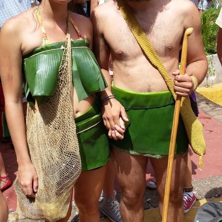 Eses dois são corajosos! Descalços no chão quente da praça da Bandeira! Foto: CMC
