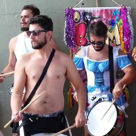 No canto da bateria, Alice no País das Maravilhas. Foto: CMC