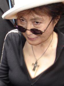 Yoko Ono na abertura da exposição de suas obras em São Paulo, 2007. Foto: Caio do Valle / Domínio Público