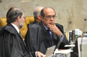 Os ministros Dias Toffoli e Gilmar Mendes participam da sessão do STF que adiou o julgamento sobre a validade da posse de Lula na Casa Civil (Antonio Cruz/Agência Brasil)