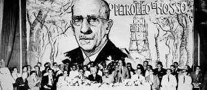 Nacionalistas favor‡veis ao monop—lio do petr—leo,na cria ‹o do primeiro CEDEP.No cartaz,foto do Presidente Artur Bernardes Rio de Janeiro 1948 CrŽdito:Walter Bernardes