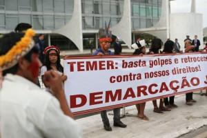 Índios guarani-kaiowá protestam em frente ao Palácio do Planalto contra retrocessos nas políticas de demarcação de terras. Foto: Fabio Rodrigues Pozzebom/ Agência Brasil