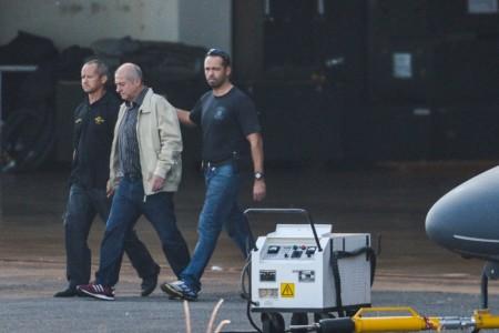 O ex-ministro do Planejamento Paulo Bernardo, preso preventivamente durante a Operação Custo Brasil, é transferido pela Polícia Federal para São Paulo. Foto: José Cruz/Agência Brasil