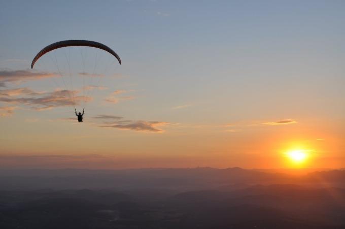 Voo de parapente na Serra da Moeda, pertinho de BH. Foto: Youtube / reprodução