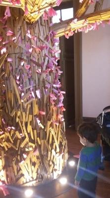 Luiz deslumbrado com a árvore da sala do Guimarães Rosa.