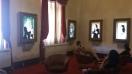 Nesta sala, quadros com inconfidentes conversando conosco.