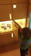Abrindo armários para ver a arte do Vale do Jequitinhonha.