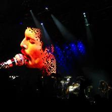 Freddy cantando ali e Brian May tocando de cá. E era Bohemian Rhapsody. Nem preciso falar que chorei, né? Via Funchal, São Paulo, novembro de 2008. (R$ 135). Sozinha.