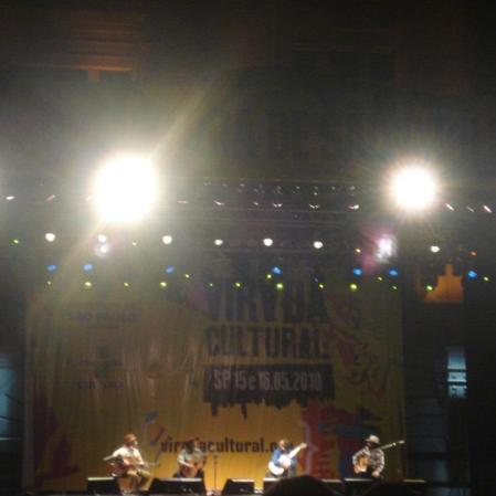 """Mal dá pra enxergar, mas são Elomar, Xangai, Vital Farias e Geraldo Azevedo fazendo o show de """"Cantoria"""", na Virada Cultural, Estação Júlio Prestes, São Paulo, maio de 2010. (Grátis!)"""