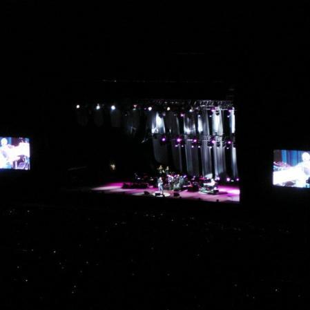 Não dava para ver nada, mas a guitarra do deus branco Eric Clapton lá estava, inconfundível. Estádio do Morumbi, São Paulo, outubro de 2011. (https://kikacastro.wordpress.com/2011/10/13/o-show-do-eric-clapton-na-minha-cabeca-e-na-vida-real/ e https://kikacastro.wordpress.com/2011/10/15/videos-do-show-do-eric-clapton-em-sao-paulo/) (R$ 140)