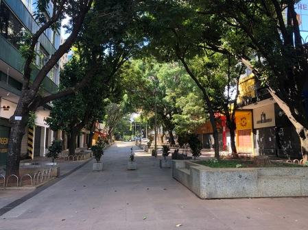 Praça da Savassi vazia.
