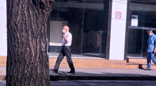 Pessoas usam máscaras nas ruas de BH. Na foto, pedestre na avenida Pedro II.