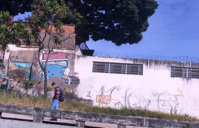 Pessoas usam máscaras nas ruas de BH. Na foto, pedestre no elevado Helena Greco.